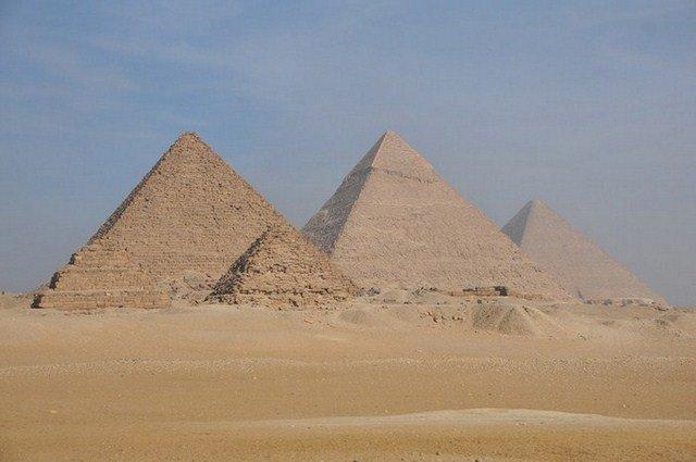 EGP_6684-800x600-700x500-640x480 dans d). Les Grandes Pyramides